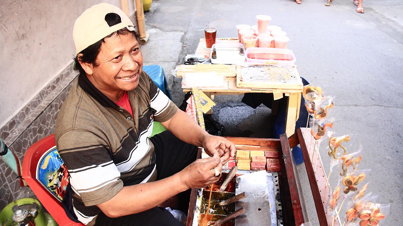 Penjual gulali, turut eksis di salah satu stan di Gang Matahari saat acara Kampungku Dulu.