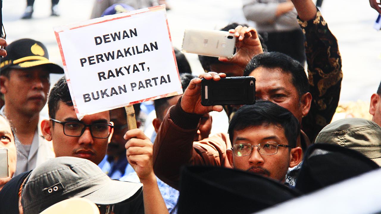 Aksi unjuk rasa pelantikan DPRD Kota Malang 2019