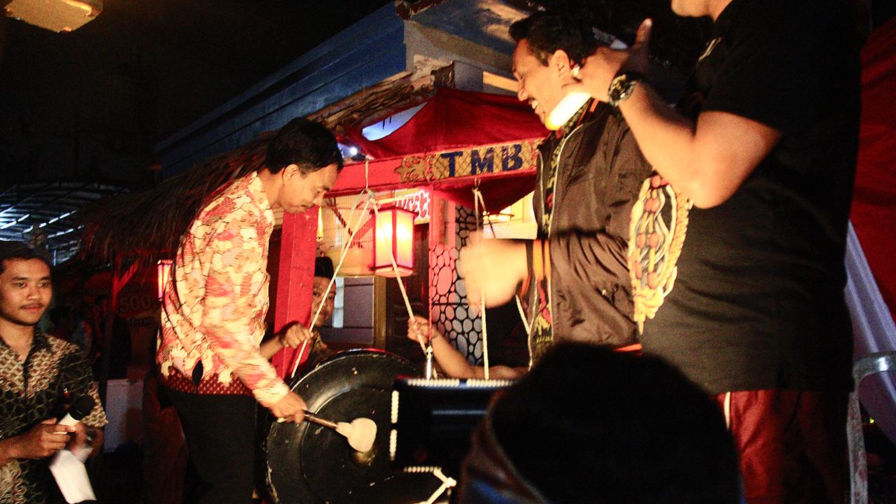 Camat Sukun, Widi E Wirawan, membuka kegiatan Kampungku Biyen dengan memukul gong sebagai tandai dimulainya acara.