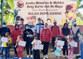 SANG JUARA: Pemenang Lomba Mewarna Bulan Bung Karno, bersama pengurus DPC PDIP Kabupaten Malang. (Foto : Agung-Javasatu.com)