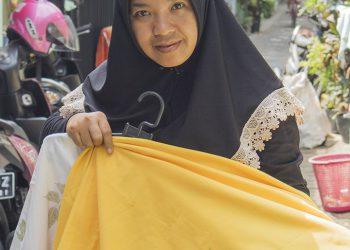 Yeny, warga Jalan Piranha Atas, Kota Malang, memperlihatkan produk Ecoprint hasil pengerjaannya dengan warga setempat lainnya. (Foto: krisna-javasatu.com)