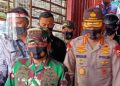 Panglima TNI, Marsekal TNI Hadi Tjahjanto dan Kapolri, Jenderal Polisi Idham Azis mengapresiasi para pedagang Pasar Singosari, Kabupaten Malang. (Foto: Sigit-javasatu.com)