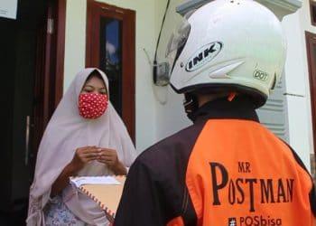 Di masa Pandemi Covid-19, MTs Negeri 6 mengirimkan rapor menggunakan jasa Kantor Pos Indonesia untuk melaksanakan physical distancing.