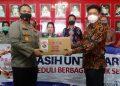Secara Simbolik Ketua Komunitas Kasih Untuk Arema, Tusin Kaman menyerahkan bantuan kepada Kapolres Malang, AKBP Hendri Umar di Mapolres Malang