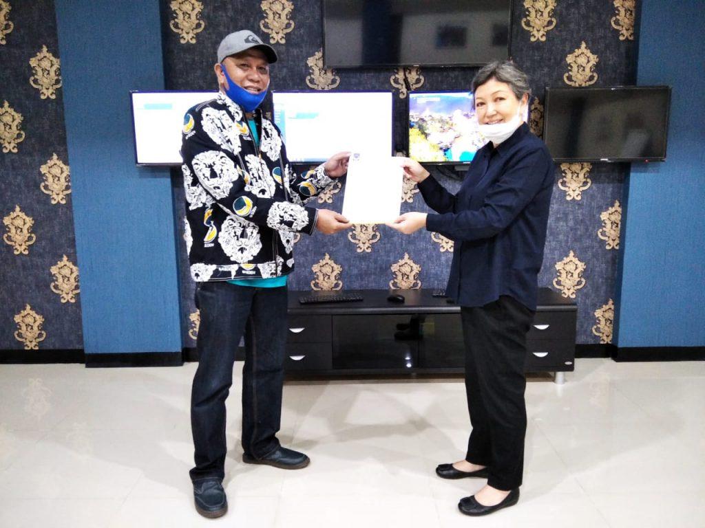 Ketua DPW Partai NasDem Bunda Janet (panggilan Sri Sajekti S) menyerahkan SK pengesahan susunan pengurus DPD Partai NasDem Kota Malang kepada Abdul Hanan di Surabaya, Sabtu (8/8/2020). (Foto: Nusadaily.com)