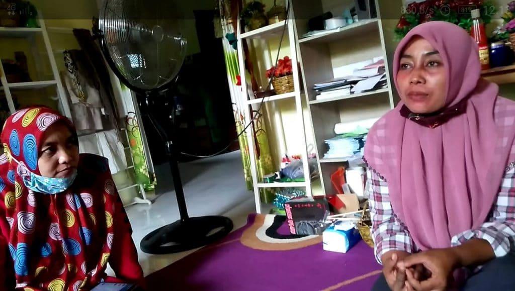 Dewi dan Fitri yang berkolaborasi mengolah sampah menjadi barang bernilai ekonomis. (Foto: Sudasir Al Ayyubi/Javasatu.com)