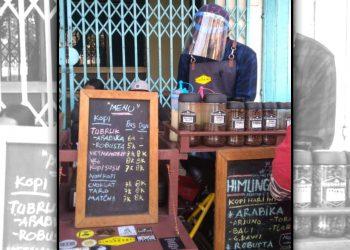 Andi Destanto, pemilik Himung Kopi sedang melayani pelanggan. (Foto: Dionisius P/Javasatu.com)