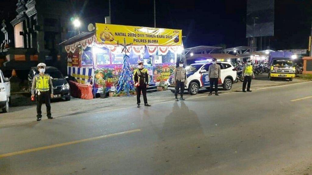 Para petugas berjaga di pinggir jalan raya. (Foto: Sudasir Al Ayyubi/Javasatu.com)