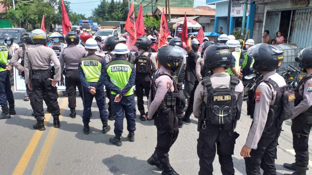 Petugas kepolisian mengamankan lokasi unjuk rasa. (Foto: Sudasir Al Ayyubi/Javasatu.com)