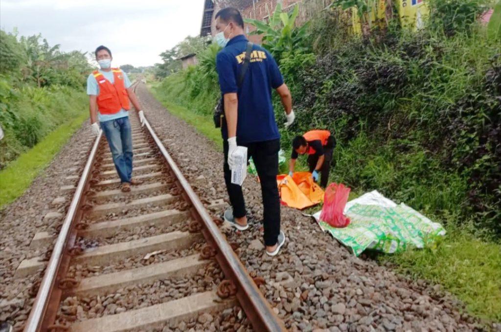 Petugas Polsek Singosari mengevakuasi jenazah korban kecelakaan KA Penataran di lintasan Desa Tunjungtirto Singosari Malang. (Foto: Istimewa)