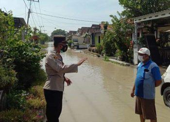 Kapolsek memantau kondisi banjir akibat luapan Kali Lamong, Kabupaten Gresik. (Foto: Sudasir Al Ayyubi/Javasatu.com)
