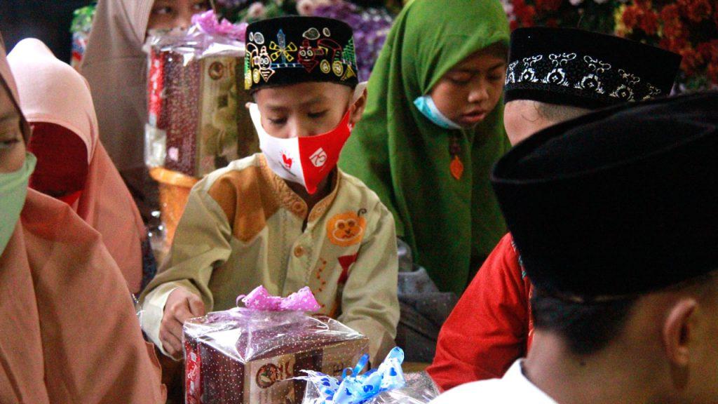 Ekspresi kegembiraan yang ditunjukkan seorang anak penerima santunan. (Foto: J Krisna/Javasatu.com)