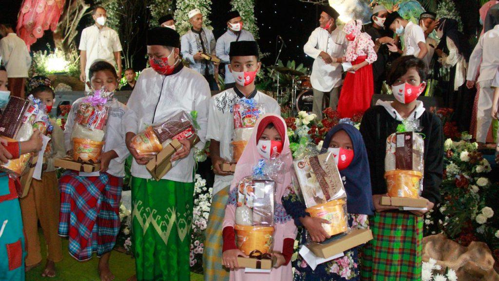 Anak-anak penerima bingkisan dari Arek Decor Malang (Adem), Minggu (25/4/2021) di Kecamatan Pakis, Kabupaten Malang. (Foto: J Krisna/Javasatu.com)